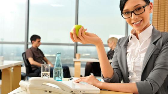 Mittagspause Frau mit Apfel